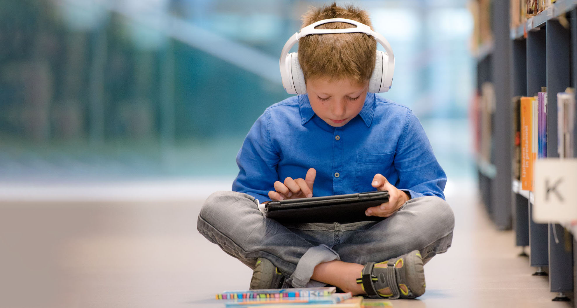 Child listening with k3000 on the iPad